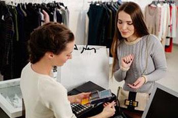 عملاء محل الملابس